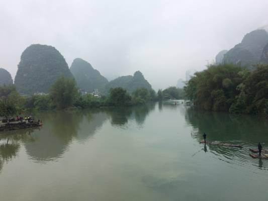 À vélo, sous la pluie, le long de la rivière Yulong...